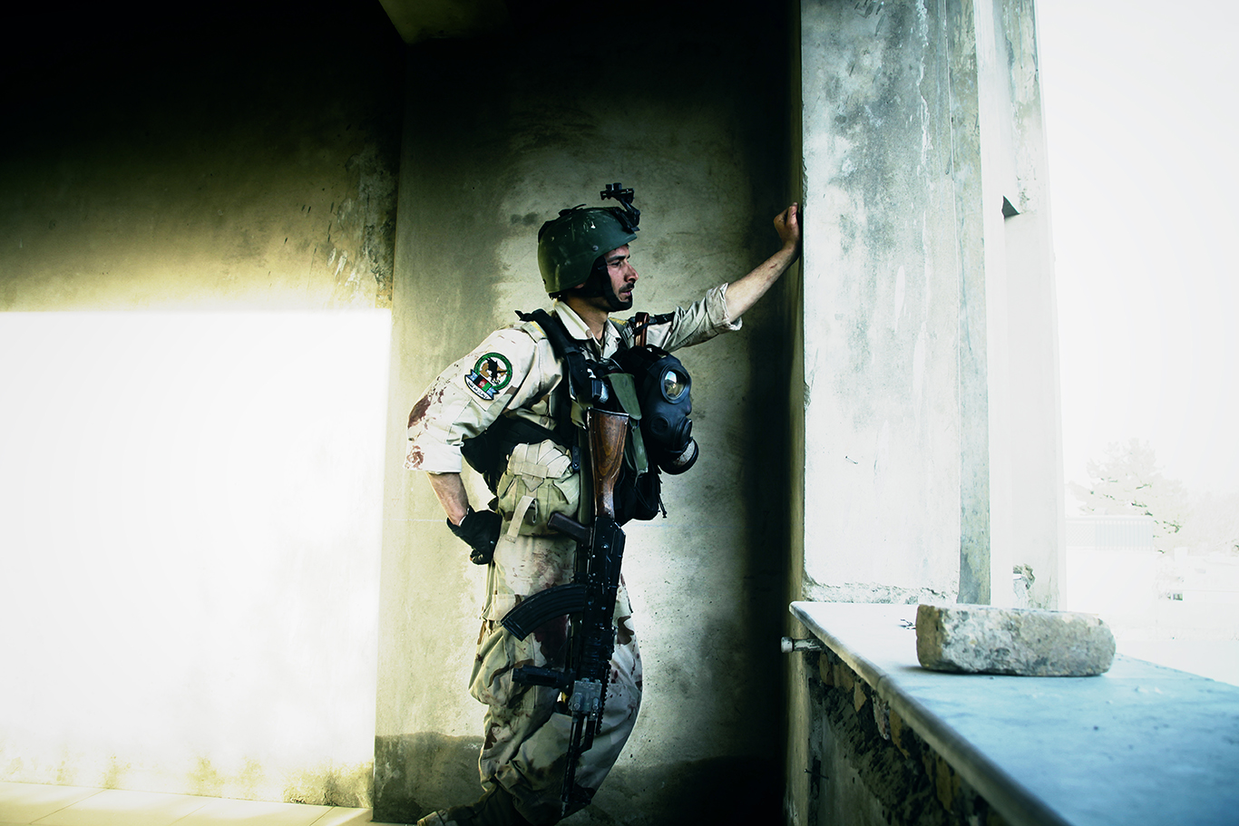 CRU Commando Hamidullah Zakir overlooks a location to attack the Taliban who have taking over a construction site, using it to fire rockets at the embassies in Kabul.© Jacob Simkin.